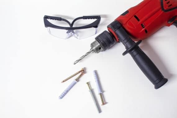 lunettes de protection, perceuse, visses